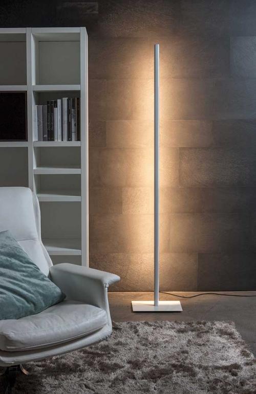 Le lampadaire linéal de carpyen barcelona, disponiblze chez l'atelier Marceau